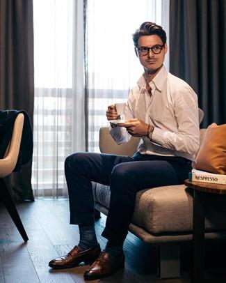 Cómo combinar: camisa de manga larga blanca, pantalón de vestir azul marino, mocasín de cuero marrón, calcetines azul marino