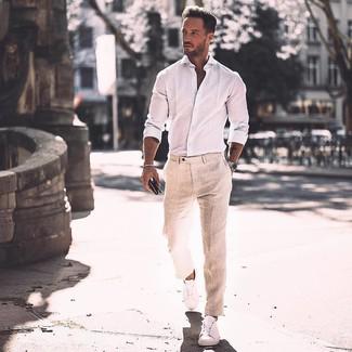Cómo combinar: camisa de manga larga blanca, pantalón de vestir de lino en beige, tenis de cuero blancos, reloj plateado