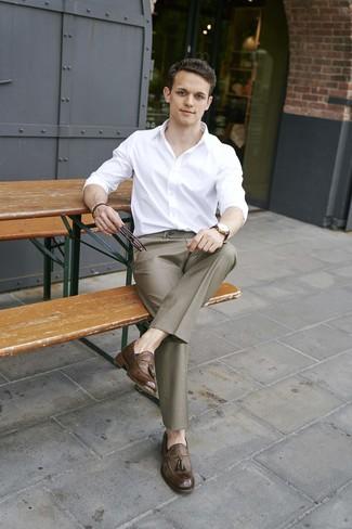 Cómo combinar: camisa de manga larga blanca, pantalón de vestir marrón, mocasín con borlas de cuero marrón, reloj de cuero en marrón oscuro