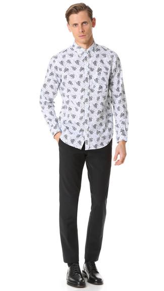 Cómo combinar: camisa de manga larga con print de flores blanca, pantalón de vestir negro, zapatos derby de cuero negros, calcetines negros