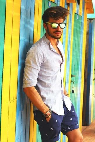 Cómo combinar: camisa de manga larga de rayas verticales blanca, pantalones cortos estampados en azul marino y blanco, gafas de sol amarillas, reloj de nylon de rayas horizontales en verde y rojo