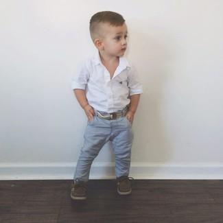 Cómo combinar: camisa de manga larga blanca, vaqueros grises, náuticos en marrón oscuro