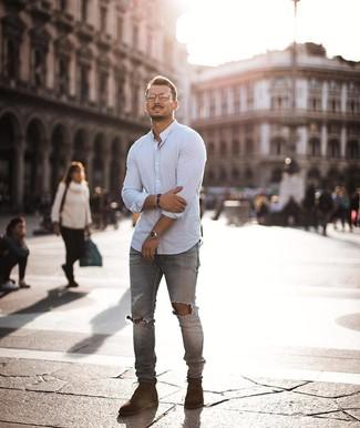 Cómo combinar unas botas casual de ante marrónes: Considera emparejar una camisa de manga larga blanca junto a unos vaqueros pitillo desgastados grises para un look agradable de fin de semana. Con el calzado, sé más clásico y opta por un par de botas casual de ante marrónes.