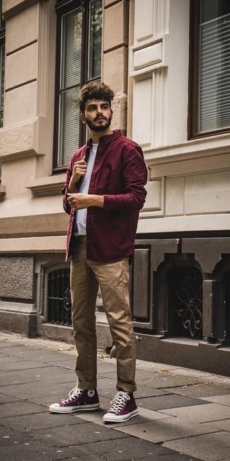 Cómo combinar una camiseta con cuello circular blanca: Para crear una apariencia para un almuerzo con amigos en el fin de semana intenta ponerse una camiseta con cuello circular blanca y un pantalón chino marrón claro. Zapatillas altas de lona morado oscuro añaden un toque de personalidad al look.