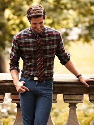 Cómo combinar: camisa de manga larga de tartán burdeos, vaqueros pitillo en gris oscuro, corbata de rayas verticales burdeos, correa de cuero en marrón oscuro