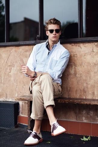 Cómo combinar unos zapatos derby de cuero blancos: Considera ponerse una camisa de manga larga celeste y un pantalón cargo en beige para cualquier sorpresa que haya en el día. Activa tu modo fiera sartorial y haz de zapatos derby de cuero blancos tu calzado.