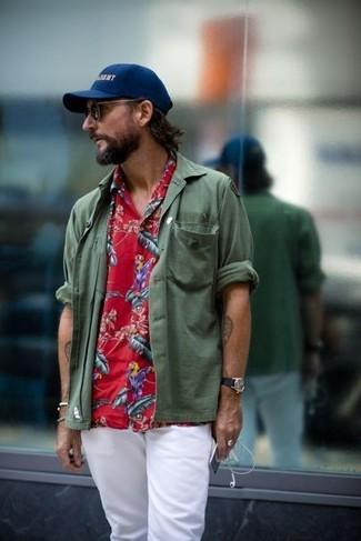 Cómo combinar: camisa de manga larga verde oliva, camisa de manga corta con print de flores roja, pantalón chino blanco, gorra de béisbol estampada azul marino