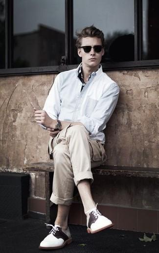 Cómo combinar: camisa de manga larga blanca, camisa polo en negro y blanco, pantalón cargo en beige, zapatos derby de ante en blanco y marrón