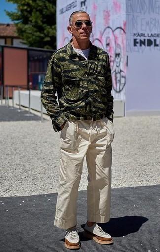 Moda para hombres de 40 años: Para crear una apariencia para un almuerzo con amigos en el fin de semana usa una camisa de manga larga estampada negra y un pantalón cargo en beige. Tenis de lona en beige son una opción perfecta para complementar tu atuendo.