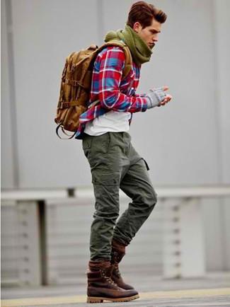 Empareja una camisa de manga larga de tartán roja junto a un pantalón cargo verde oliva para conseguir una apariencia relajada pero elegante. Con el calzado, sé más clásico y usa un par de botas de cuero burdeos.