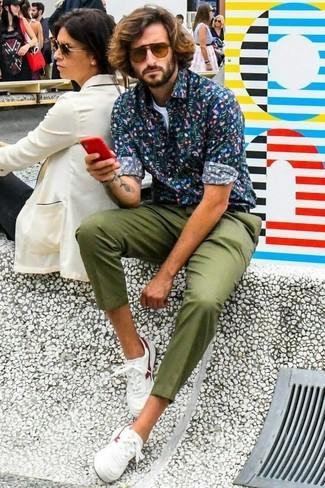 Cómo combinar: camisa de manga larga con print de flores azul marino, camiseta con cuello circular blanca, pantalón chino verde oliva, tenis de cuero blancos