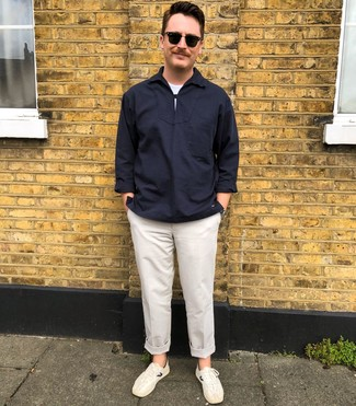 Cómo combinar: camisa de manga larga azul marino, camiseta con cuello circular blanca, pantalón chino blanco, tenis blancos