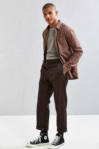 Cómo combinar una camisa de manga larga marrón: Empareja una camisa de manga larga marrón con un pantalón chino en marrón oscuro para cualquier sorpresa que haya en el día. Mezcle diferentes estilos con zapatillas altas de lona en negro y blanco.