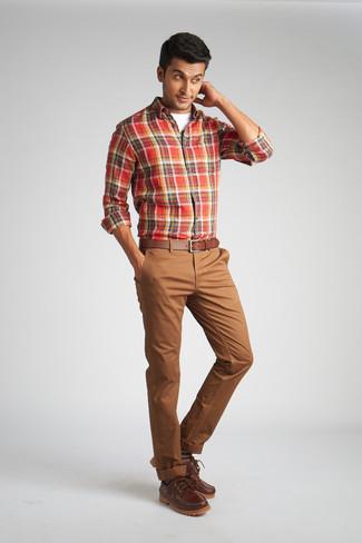Cómo combinar un pantalón chino marrón: Para crear una apariencia para un almuerzo con amigos en el fin de semana ponte una camisa de manga larga de tartán roja y un pantalón chino marrón. Náuticos de cuero marrónes son una opción inigualable para completar este atuendo.