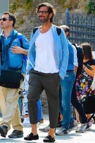 Cómo combinar una camisa de manga larga con un mocasín con borlas: Haz de una camisa de manga larga y un pantalón chino verde oscuro tu atuendo para una apariencia fácil de vestir para todos los días. Dale un toque de elegancia a tu atuendo con un par de mocasín con borlas.