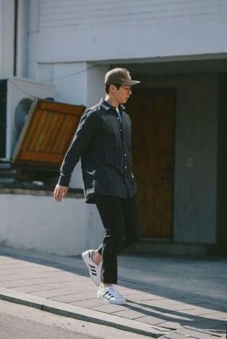 Outfits hombres: Para crear una apariencia para un almuerzo con amigos en el fin de semana haz de una camisa de manga larga en gris oscuro y un pantalón chino verde oscuro tu atuendo. Tenis de lona en blanco y negro añadirán interés a un estilo clásico.