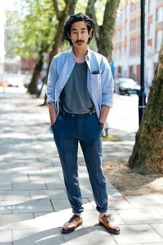 Cómo combinar una camiseta con cuello circular azul: Elige una camiseta con cuello circular azul y un pantalón chino a cuadros azul para cualquier sorpresa que haya en el día. Con el calzado, sé más clásico y elige un par de zapatos brogue de cuero marrón claro.