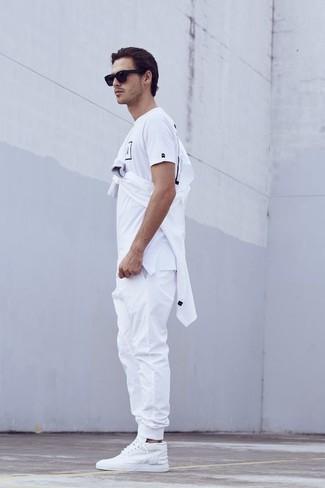 87d74a762c5 Cómo combinar un pantalón de chándal blanco con una camiseta con ...