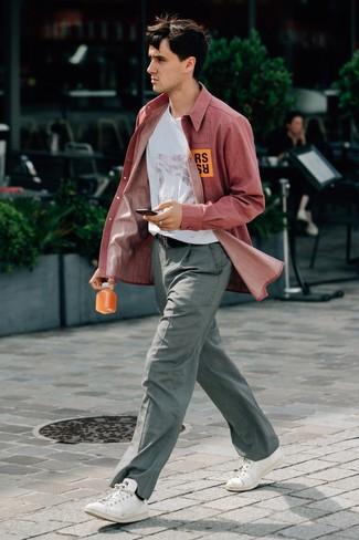 Cómo combinar: camisa de manga larga de cambray roja, camiseta con cuello circular estampada blanca, pantalón de vestir a cuadros gris, tenis de cuero blancos