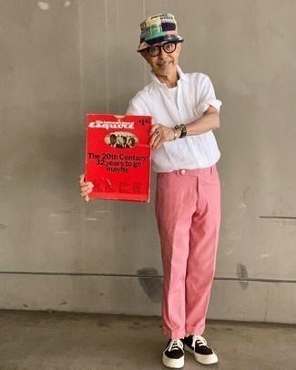 Cómo combinar unos pantalones rosa: Considera ponerse una camisa de manga larga blanca y unos pantalones rosa para una apariencia clásica y elegante. Tenis de lona en marrón oscuro son una forma sencilla de mejorar tu look.