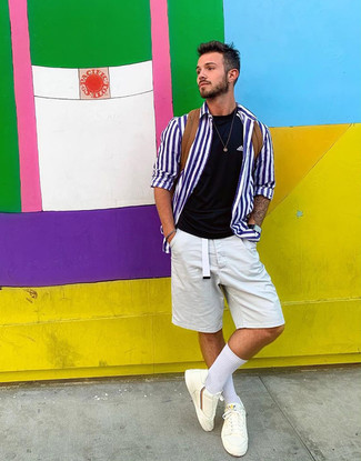Cómo combinar: camisa de manga larga de rayas verticales en blanco y azul, camiseta con cuello circular negra, pantalones cortos blancos, tenis blancos
