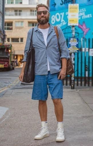 Moda para hombres de 40 años en clima cálido: Empareja una camisa de manga larga de rayas verticales celeste junto a unos pantalones cortos azules para una vestimenta cómoda que queda muy bien junta. Tenis de cuero blancos son una opción atractiva para complementar tu atuendo.