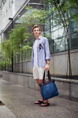 Outfits hombres estilo relajado: Elige una camisa de manga larga celeste y unos pantalones cortos blancos para conseguir una apariencia relajada pero elegante. Chanclas negras resaltaran una combinación tan clásico.