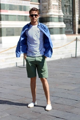 Moda para hombres de 20 años: Elige una camisa de manga larga azul y unos pantalones cortos verde oscuro para cualquier sorpresa que haya en el día. Alpargatas de lona blancas son una opción inmejorable para complementar tu atuendo.