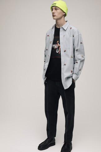 Cómo combinar: camisa de manga larga de rayas verticales celeste, camiseta con cuello circular estampada negra, vaqueros negros, botas safari de cuero negras