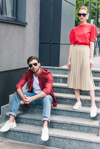 Cómo combinar: camisa de manga larga roja, camiseta con cuello circular blanca, vaqueros azules, deportivas blancas
