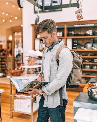 Cómo combinar: camisa de manga larga de lino gris, camiseta con cuello circular blanca, vaqueros azul marino, mochila de lona marrón