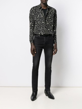 Cómo combinar: camisa de manga larga de estrellas en negro y blanco, camiseta con cuello circular negra, vaqueros negros, botines chelsea de cuero negros