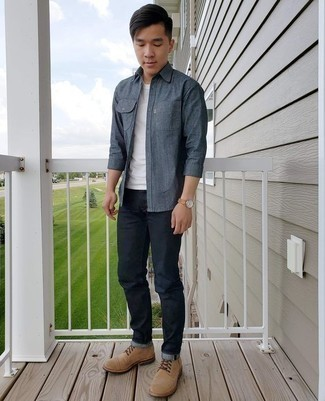 Cómo combinar unas botas casual de ante marrón claro: Casa una camisa de manga larga de cambray azul marino con unos vaqueros azul marino para conseguir una apariencia relajada pero elegante. Con el calzado, sé más clásico y elige un par de botas casual de ante marrón claro.