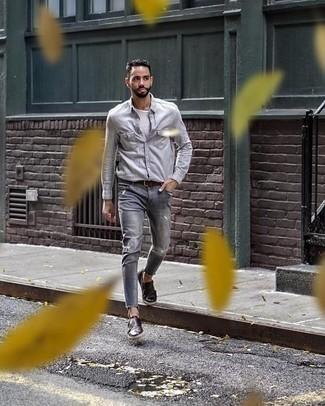 Cómo combinar unos zapatos con doble hebilla de cuero en marrón oscuro: Para un atuendo tan cómodo como tu sillón empareja una camisa de manga larga gris junto a unos vaqueros desgastados grises. Completa tu atuendo con zapatos con doble hebilla de cuero en marrón oscuro para mostrar tu inteligencia sartorial.