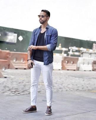 Cómo combinar unos zapatos con doble hebilla de cuero en marrón oscuro: Utiliza una camisa de manga larga de cambray azul y unos vaqueros blancos para cualquier sorpresa que haya en el día. Luce este conjunto con zapatos con doble hebilla de cuero en marrón oscuro.
