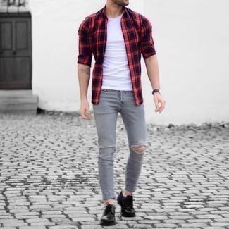 Cómo combinar unos zapatos derby de cuero negros: Equípate una camisa de manga larga de tartán en rojo y negro con unos vaqueros desgastados grises para un look agradable de fin de semana. Dale un toque de elegancia a tu atuendo con un par de zapatos derby de cuero negros.