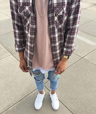 Cómo combinar: camisa de manga larga de tartán burdeos, camiseta con cuello circular rosada, vaqueros pitillo desgastados celestes, deportivas blancas