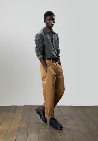 Cómo combinar una camiseta de manga larga verde oliva: Considera ponerse una camiseta de manga larga verde oliva y un pantalón chino en tabaco para cualquier sorpresa que haya en el día. Zapatos derby de cuero gruesos negros añaden la elegancia necesaria ya que, de otra forma, es un look simple.