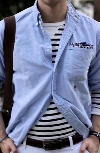 Cómo combinar: camisa de manga larga de cambray celeste, camiseta de manga larga de rayas horizontales en blanco y azul marino, pantalón chino blanco, pañuelo de bolsillo estampado en azul marino y blanco