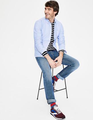 Cómo combinar: camisa de manga larga celeste, camiseta de manga larga de rayas horizontales en negro y blanco, vaqueros azules, deportivas de ante burdeos