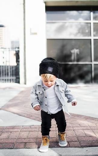 Cómo combinar: camisa de manga larga gris, camiseta blanca, pantalón de chándal negro, zapatillas grises