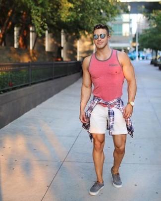 Cómo combinar: camisa de manga larga de tartán en blanco y rojo y azul marino, camiseta sin mangas rosada, pantalones cortos blancos, tenis grises