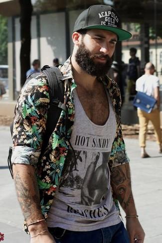 Cómo combinar: camisa de manga larga con print de flores negra, camiseta sin mangas estampada gris, vaqueros pitillo desgastados azules, mochila de lona negra