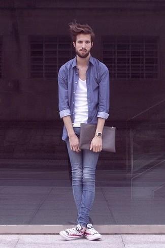 Cómo combinar una camisa de manga larga azul estilo casuale: Ponte una camisa de manga larga azul y unos vaqueros pitillo azules para lidiar sin esfuerzo con lo que sea que te traiga el día. Tenis estampados blancos son una opción práctica para complementar tu atuendo.