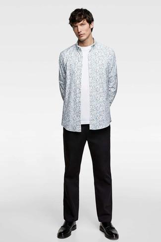 Cómo combinar: camisa de manga larga con print de flores celeste, camiseta con cuello circular blanca, pantalón chino negro, zapatos derby de cuero negros