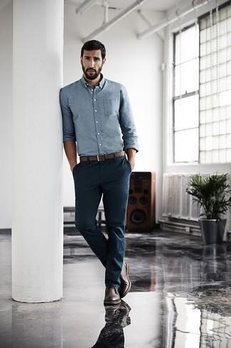 Cómo combinar: camisa de manga larga de cambray celeste, pantalón chino azul marino, botas safari de cuero en marrón oscuro, correa de cuero marrón