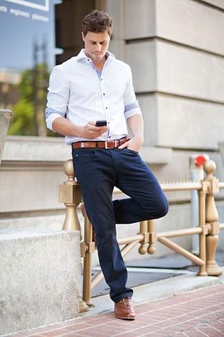 La versatilidad de una camisa de manga larga a cuadros celeste y un  pantalón chino azul