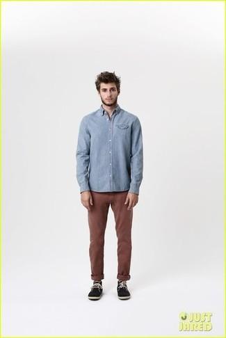 Camisa de manga larga celeste pantalon chino en marron oscuro botas safari de ante negras large 1824