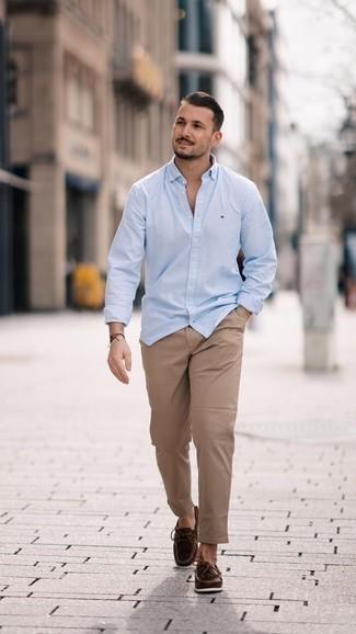 Cómo combinar un pantalón chino marrón claro: Intenta ponerse una camisa de manga larga celeste y un pantalón chino marrón claro para una vestimenta cómoda que queda muy bien junta. Náuticos de cuero en marrón oscuro son una opción incomparable para completar este atuendo.