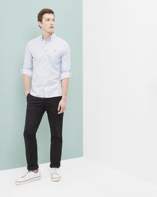 Cómo combinar: camisa de manga larga celeste, pantalón chino negro, tenis de lona blancos